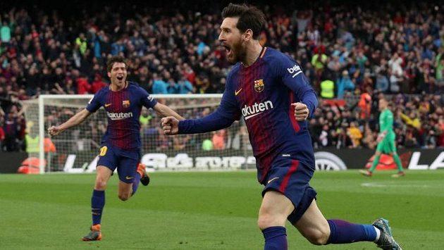Lionel Messi z Barcelony oslavuje gól v ligovém šlágru proti Atléticu Madrid.