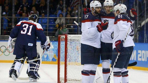 Američané Phil Kessel (vpravo), Ryan Kesler (vlevo) a James van Riemsdyk se radují po gólu v duelu se Slovenskem. V pozadí brankář Peter Budaj.
