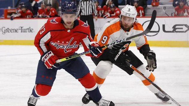 Ruský bek Ivan Provorov (vpravo) ve službách Philadelphie v utkání NHL v souboji s křídelníkem Washingtonu Conorem Shearym.