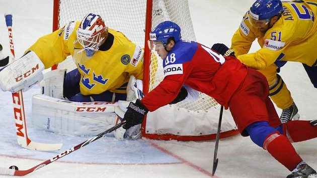 Tomáš Hertl, bráněný ze zadu Jonasem Ahnelövem bojuje před brankou Anderse Nilssona.
