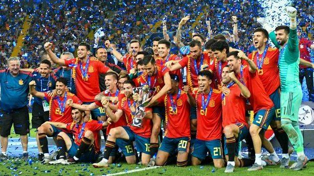 Fotbalisté Španělska do jednadvaceti let slaví, jsou evropskými šampiony.