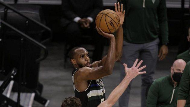 Khris Middleton z Milwaukee střílí v utkání s Brooklynem.