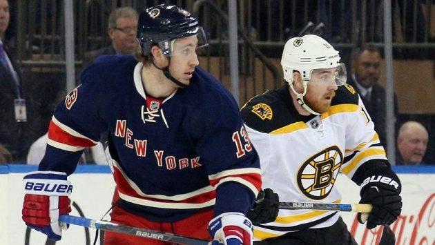 Kevin Hayes (vlevo) v dresu NY Rangers a jeho bratr Jimmy v dresu Bostonu.