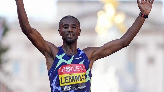 Sisay Lemma slaví triumf v Londýnském maratonu.