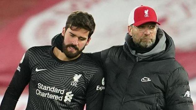 Liverpoolský brankář Alisson a kouč Jürgen Klopp po prohře s Burnley.