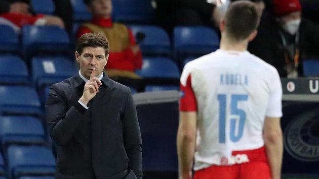 Manažer Rangers Steven Gerrard gestikuluje na Ondřeje Kúdelu.