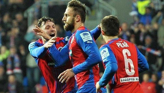 Hráči Plzně se radují z gólu - (zleva) Ondřej Vaněk, střelec Jan Holenda a Václav Pilař.