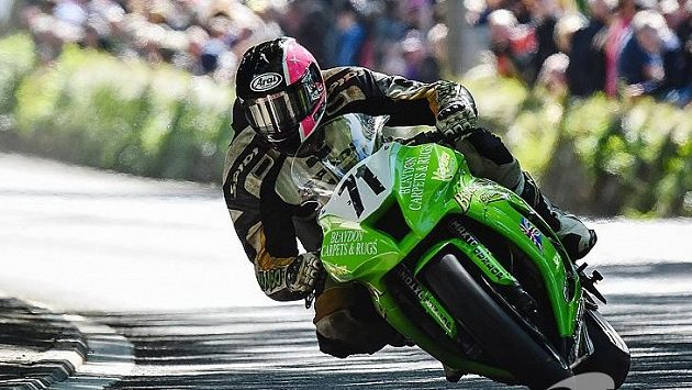 Davey Lambert na stroji Kawasaki při tradičním závodu TT na ostrově Man.