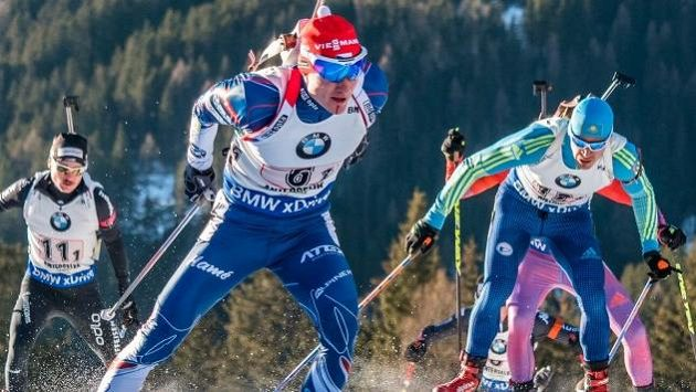 Ondřej Moravec s krvavým zraněním na bradě během štafetového závodu v Anterselvě.