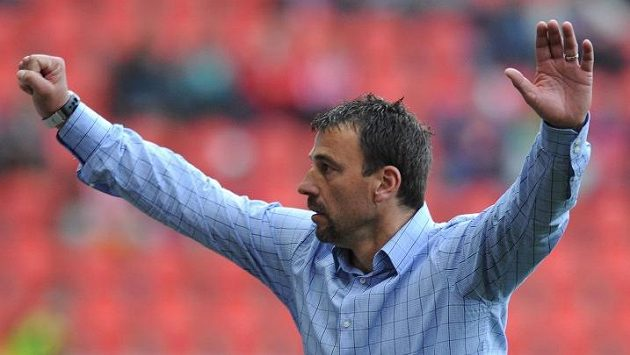 Nový trenér Slavie Michal Petrouš oslavuje třetí gól během utkání s Jabloncem.
