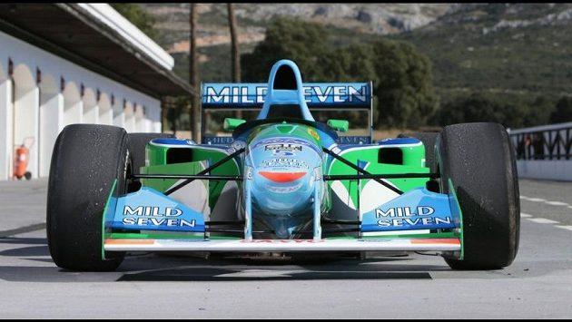 Model Benetton-Cosworth, s nímž v roce 1994 získal Michael Schumacher první titul mistra světa, jde do dražby.