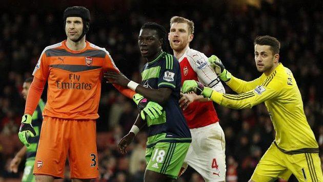 Petr Čech z Arsenalu v závěru utkání se Swansea vyrazil do pokutového území soupeře. Druhý zprava jeho spoluhráč Per Mertesacker, druhé zleva Bafetimbi Gomis a nebezpečné sitauci čelí i brankář Lukasz Fabianski.