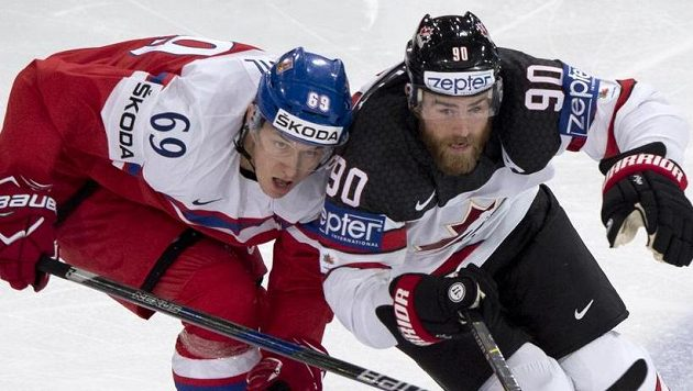 Zleva český reprezentant Lukáš Radil a Ryan O'Reilly z Kanady.