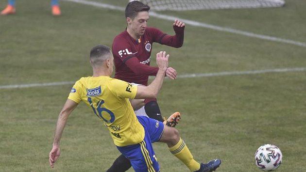 Zleva Róbert Matejov ze Zlína a Tomáš Wiesner ze Sparty.