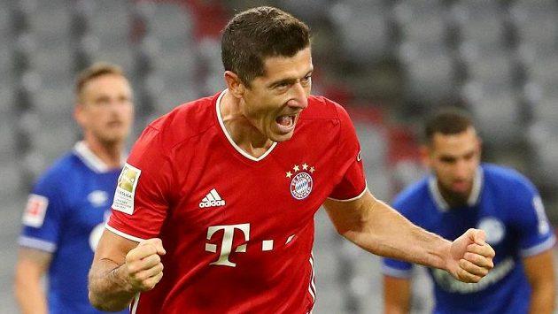 Mistrovský Bayern Mnichov vstoupil do nové sezony německé fotbalové ligy demolicí Schalke, které před prázdnými tribunami svého stadionu porazil 8:0. Gól slaví kanonýr Robert Lewandowski.