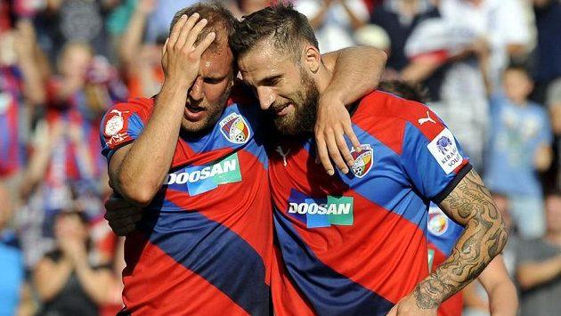 Daniel Kolář (vlevo) a Jan Holenda se radují z prvního gólu Plzně v utkání se Slavií.