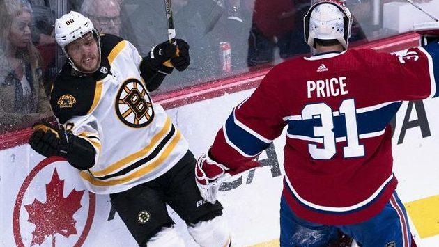 Gólman Montrealu Carey Price v souboji s Davidem Pastrňákem