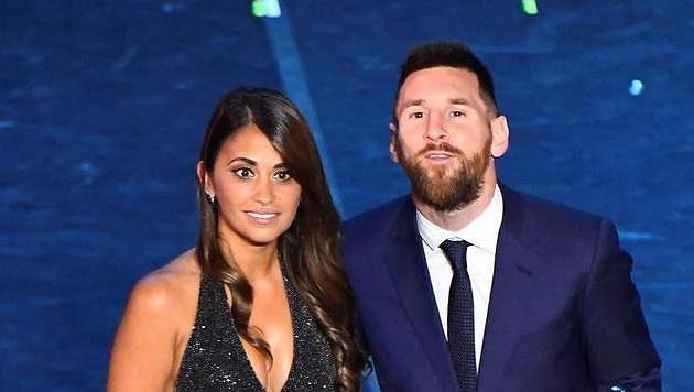 Lionel Messi pózuje s manželkou Antonellou