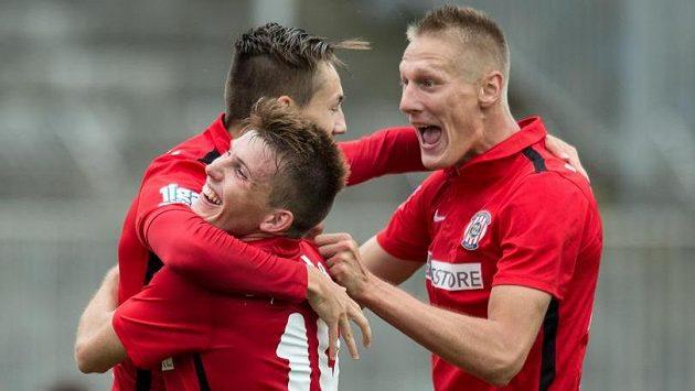 Michal Škoda (vpravo) se raduje se spoluhráči z Brna.