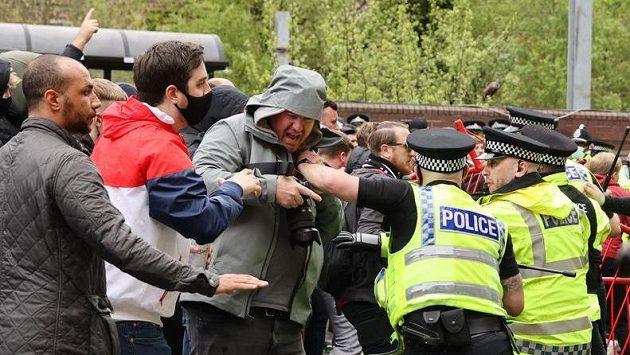 Fanoušci Manchesteru United se střetli s policií. příznivci Rudých ďáblů protestují proti majitelům klubu.