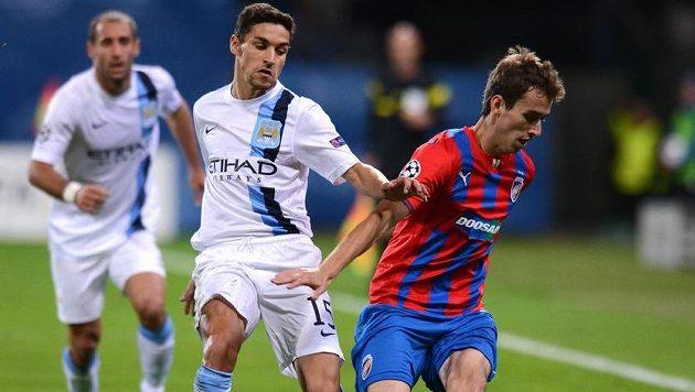 Plzeňský záložník Tomáš Hořava (vpravo) a Jesús Navas z Manchesteru City během utkání základní skupiny Ligy mistrů v roce 2013.