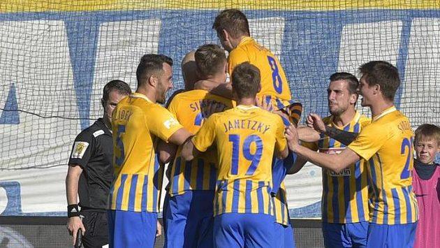 Hráči Opavy se radují z gólu.