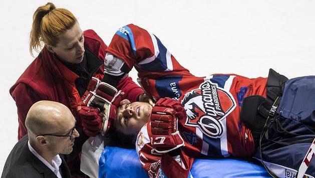 Zraněný David Tomášek z Pardubic opouští během duelu s Hradcem Králové ledovou plochu na nosítkách.
