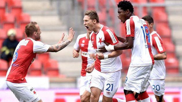 Útočník Slavie Milan Škoda (uprostřed), Tomáš Jablonský (vlevo) a Simon Deli oslavují gól.