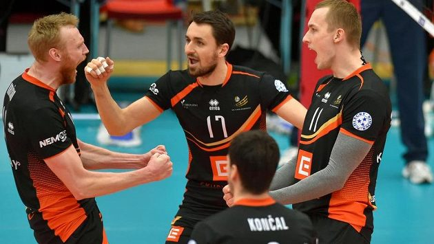 Karlovarští hráči se radují. Zleva Michal Kriško, Zdeněk Málek, Daniel Končal a Henri Treial.