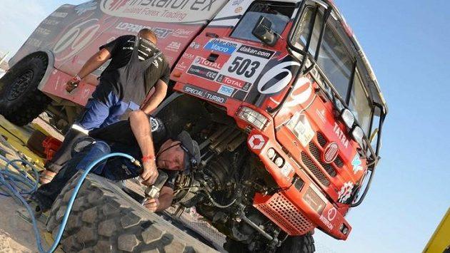 Mechanici v plném nasazení ošetřují v bivaku tatru Aleše Lopraise.