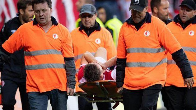 Zraněný Stanislav Tecl ze Slavie opustil derby na nosítkách.