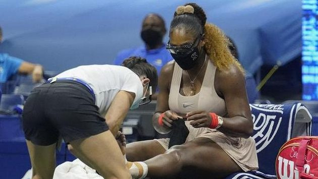 Serena Williamsová si nechává v semifinále US Open ošetřit poraněnou nohu.