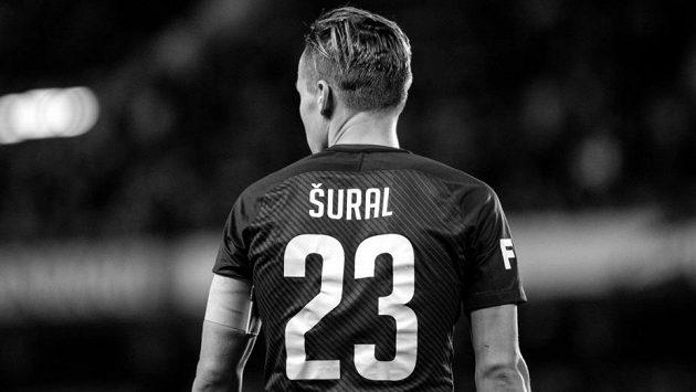 Fotbalisté Sparty vyjdou z kabin na hřiště kompletně oblečení v dresu Josefa Šurala s číslem 23...