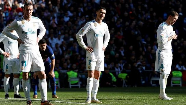 Frustrovaní fotbalisté Realu Madrid. Zleva Gareth Bale, Cristano Ronaldo a Sergio Ramos.