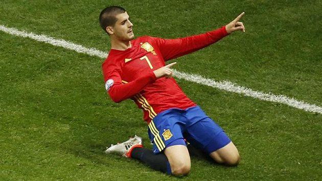 Útočník Álvaro Morata ze Španělska oslavuje vstřelený gól proti Turecku.