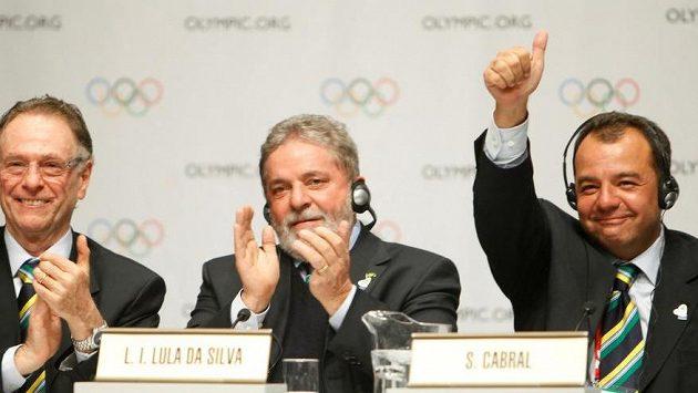 Předseda brazilského olympijského výboru Carlos Nuzman (vlevo), brazilský prezident Luiz Inacio Lula da Silva (uprostřed) a guvernér Rio de Janeira Sergio Cabral oslavují zvolení Ria jako hostitele olympijských her v roce 2016.