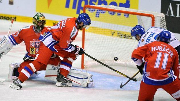 Fin Jori Lehterä střílí gól do sítě českého týmu.