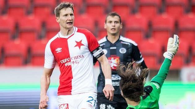 Milan Škoda ze Slavie Praha lobuje brankáře Hradce Radima Ottmara. Jeho střela skončila na břevně.