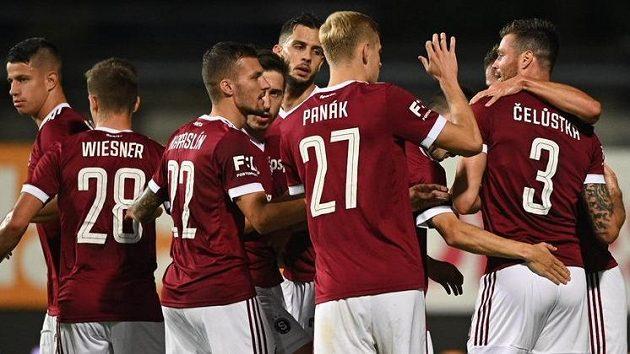Fotbalisté Sparty se radují po Čelůstkově gólu ve Zlíně.