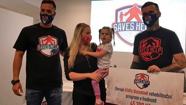 Šimon Hrubec (vlevo) předal šek s finanční pomocí od spolku Saves Help tříleté Kláře Borutové trpící neurologickým onemocněním.