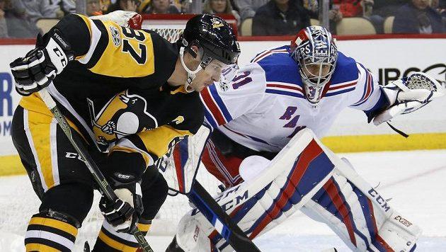 Sidney Crosby (87) z Pitsburghu a gólman NY Rangers Ondřej Pavelec (31).