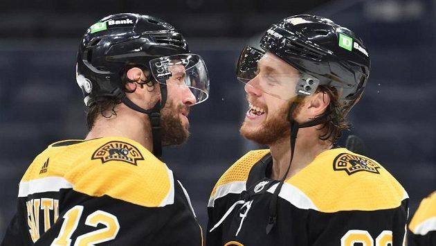 Hokejisté Bostonu Craig Smith (vlevo) David Pastrňák se radují z výhry nad Buffalem.