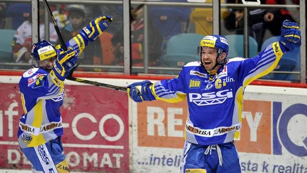 Petr Čajánek ze Zlína (vpravo) se raduje z vítězného gólu v prodloužení.
