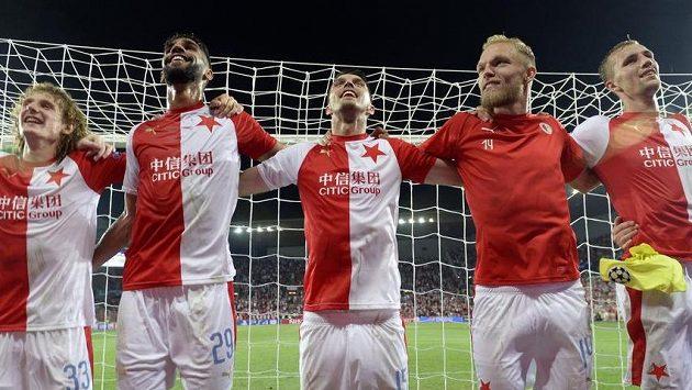 Radost hráčů Slavie z vítězství a postupu do základní skupiny Ligy mistrů.