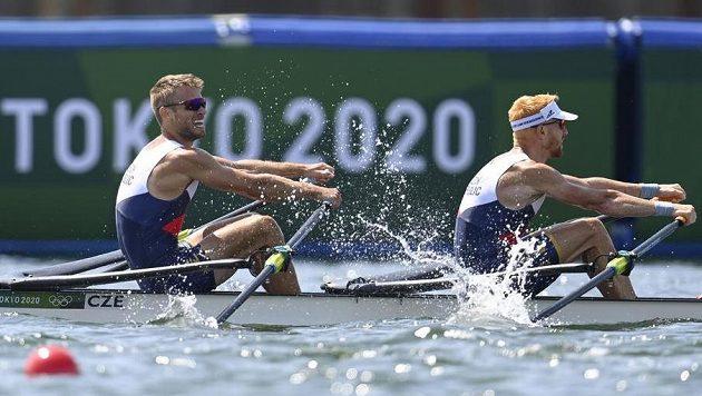 Český dvojskif lehkých vah Jiří Šimánek (vlevo) a Miroslav Vraštil ve finále olympijského závodu v Tokiu.