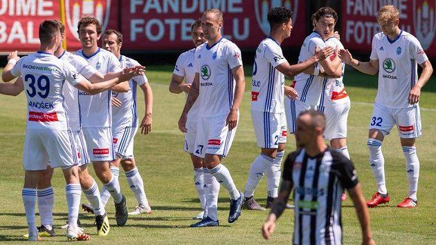 Hráči Boleslavi se radují z gólu na hřišti Českých Budějovic.