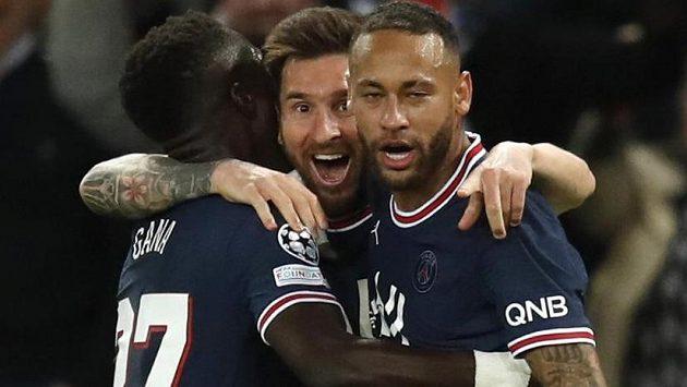 Lionel Messi (uprostřed) slaví svůj gól v utkání Ligy mistrů.