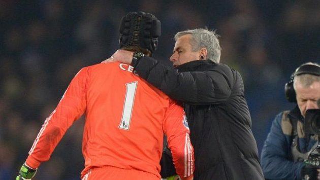 Brankář Chelsea Petr Čech s trenérem José Mourinhem po výhře nad Evertonem.