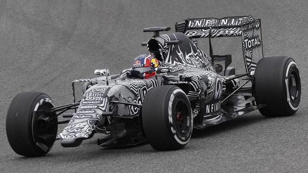 Kde končí zebra, kde začíná silnice...? Red Bull řízený ruským pilotem Daniilem Kvjatem na trati v Jerezu.