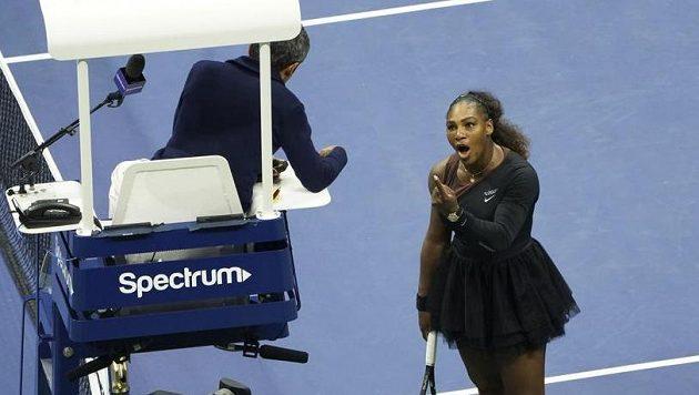 Serena Williamsová při hádce s rozhodčím.